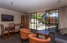 Garden-Court-Queenstown-accommodation--bedroom-courtyard-BB