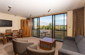 Garden-Court-Queenstown-accommodation-two--bedroom-balcony-DD